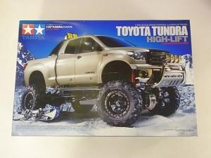 TAMIYA 1/10 RC toyota tundra青空の元、雪道を走る車の様子が写っている。