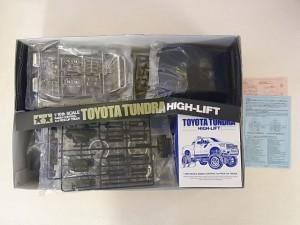 タミヤ 1/10 トヨタ タンドラ ハイリフトの展開画像。袋に入ったパーツなどが見える。