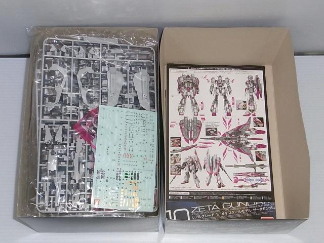 ゼータガンダム3号機の箱の中身の画像、マーキングシール、説明書、マーキングシールの解説書が載っています。