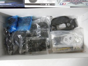 ラジコンの展開画像。箱にパーツが入っている。