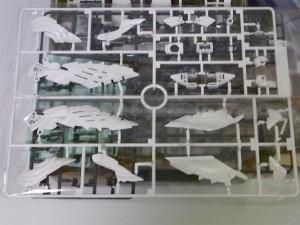 ウイングゼロEW版の4本の羽のパーツの一部、白色。