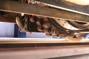 E42の歯車の画像。車両の下から覗き込むように歯車がある。