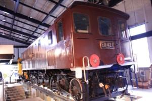 ED42の画像。薄暗い倉庫の中に茶色い車体の電気機関車がある。