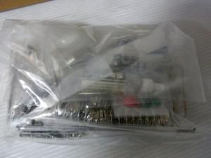 透明の袋にタミヤの模型のパーツが入っている。