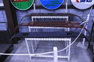 パンタグラフのすり板の画像。すり板のみ3枚台にのって展示されている。