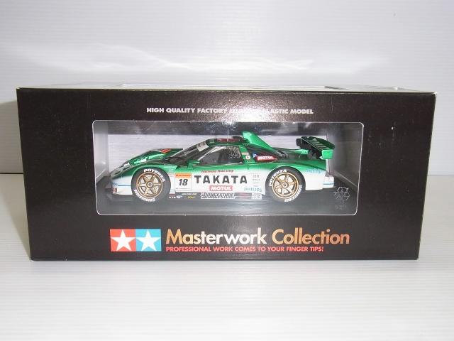 TAMIYA 1/24 TAKATA DOME NSX 2005の箱。黒い箱の中に、ミニカーの様子が見える。