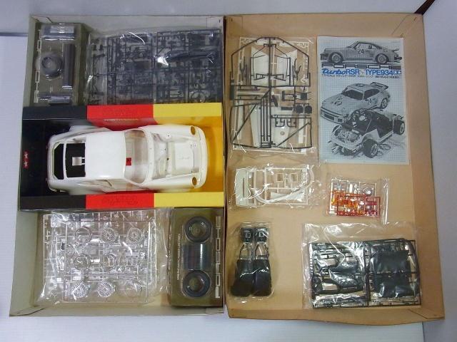 タミヤ 1/12 ポルシェターボ RSR934 イエガーマイスターの展開画像。ボディやパーツなどが広げられている。