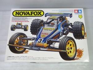 TAMIYA 1/10 RC NOVA FOXの箱。白いロゴやラジコンのイラストが書かれている。