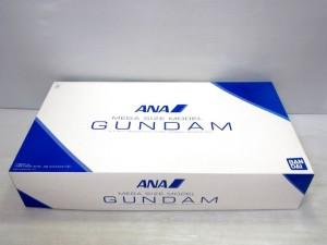 メガサイズモデル、ANAのカラーリングバージョンのガンダムの箱、青と白を基調とした箱です。