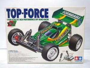 TAMIYA 1/10 RC top-forceの箱。白い箱で、緑色の車体のイラストが描かれている。
