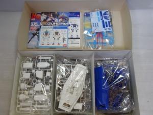 ANAカラーのガンダムの箱の中身です。専用のデカール、青と白が基調のパーツが写っています。