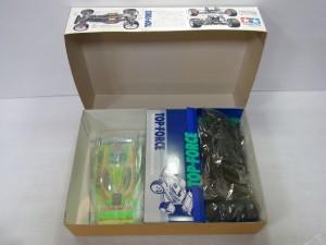 タミヤ 1/10 トップフォース4WDの展開画像。袋に入ったパーツなどが見える。