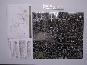 ナノパズルの箱の中身です。パーツ、説明書が写っています。