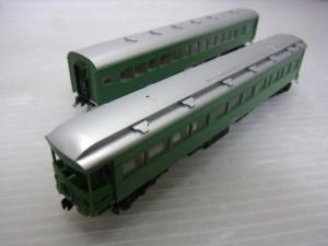 カトー 10-428 特急つばめ 青大将の鉄道模型の車体画像。緑の車体にシルバーの屋根が見えている。