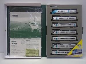 カトー 10-439 883系 ソニック7両セットの展開画像。白い車体に黄色いラインが見えている。