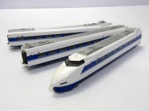 KATO 10-354 100系新幹線 グランドひかりの車体画像。白いボディに青いラインが入っている。