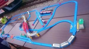 青い線路が入り組んで机に並べられている