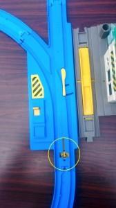 青い線路。黄色いポイント切り替えが付いている