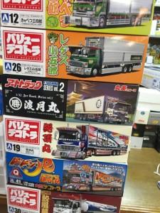 アオシマ1/32バリューデコトラやアートトラックも箱積みされている