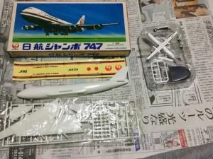 日航商事1/300日航ジャンボ747組立て説明書と部品やシールを並べて02