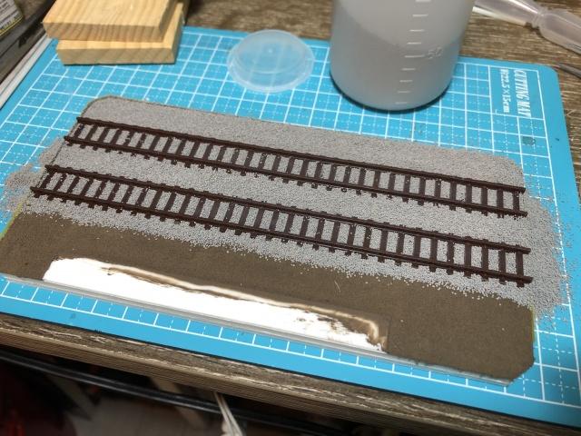 鉄道コレクションに付属している展示用レールにバラストを撒く様子。