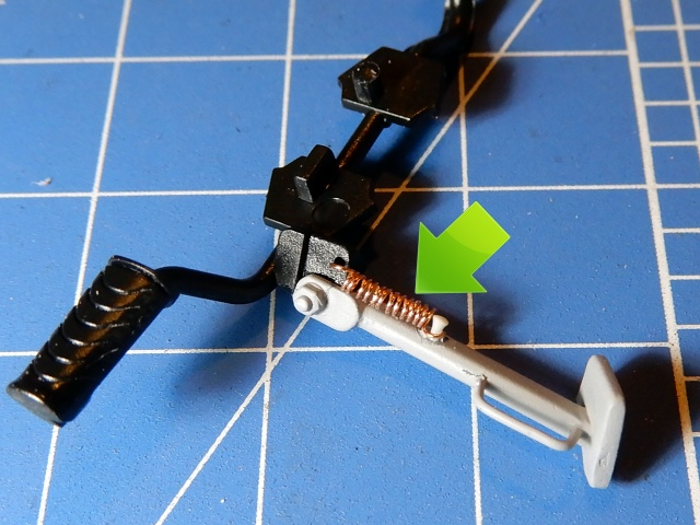 フジミ模型 1/12 NX1 ホンダ スーパーカブ110 (アーベインデニムブルーメタリック)  スタンドバネ部分改修の様子。
