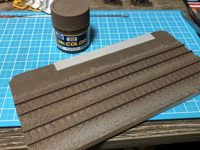 レール周りのウェザリングをしながら、未塗装の枕木とレールを塗装しました。