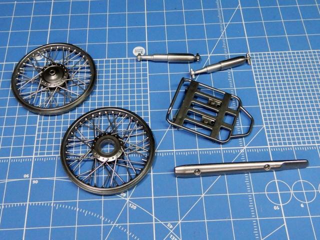 フジミ模型 1/12 NX1 ホンダ スーパーカブ110 (アーベインデニムブルーメタリック)  車輪、荷台フックなどメッキ塗装の様子。