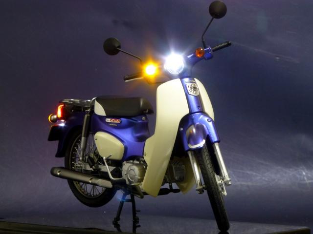 フジミ模型 1/12 NX1 ホンダ スーパーカブ110 (アーベインデニムブルーメタリック)  ヘッドライト点灯 完成写真5枚目