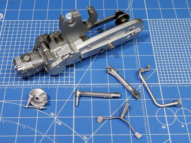 フジミ模型 1/12 NX1 ホンダ スーパーカブ110 (アーベインデニムブルーメタリック)  エンジン部分塗装の様子。