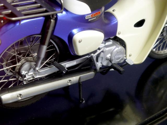 フジミ模型 1/12 NX1 ホンダ スーパーカブ110 (アーベインデニムブルーメタリック)  エンジン部分のアップ 完成写真3枚目