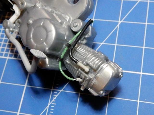 フジミ模型 1/12 NX1 ホンダ スーパーカブ110 (アーベインデニムブルーメタリック)  プラグコード部分改修の様子。
