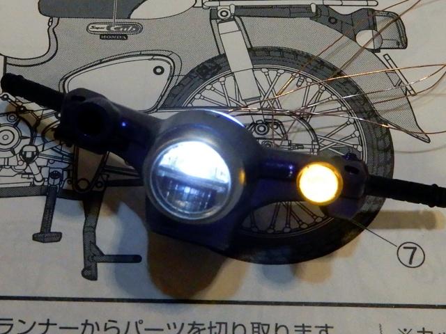 フジミ模型 1/12 NX1 ホンダ スーパーカブ110 (アーベインデニムブルーメタリック)  ヘッドとウィンカー発光の様子。
