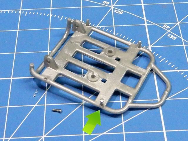 フジミ模型 1/12 NX1 ホンダ スーパーカブ110 (アーベインデニムブルーメタリック)  荷台フック部分改修の様子。