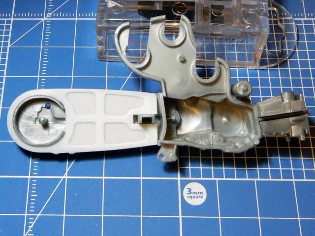 フジミ模型 1/12 NX1 ホンダ スーパーカブ110 (アーベインデニムブルーメタリック)  チェーンカバー部分改修の様子。