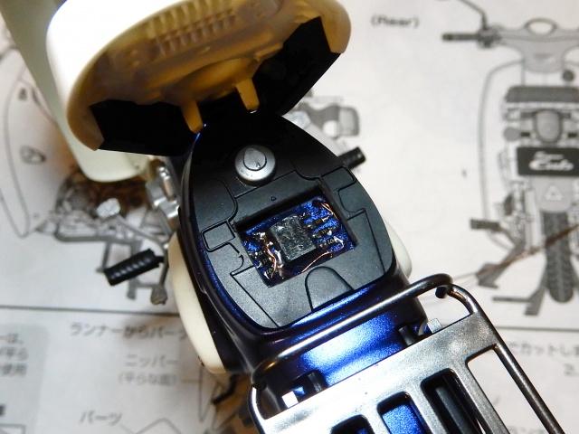 フジミ模型 1/12 NX1 ホンダ スーパーカブ110 (アーベインデニムブルーメタリック)  にシートの中にマイコン取り付け時の様子。