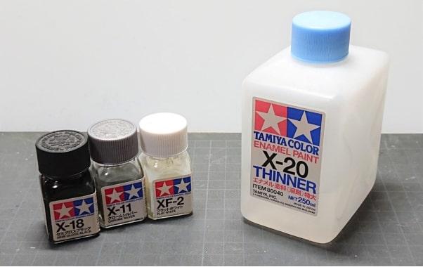 筆塗時に使う、エナメル系塗料の写真