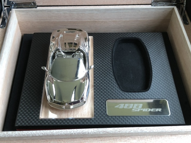 フェラーリ ポルシェ スパイダー488のキーボックスとモデルカー 中身