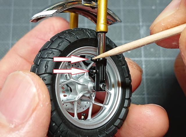 フロントタイヤのカバー部分へ接着剤をつける