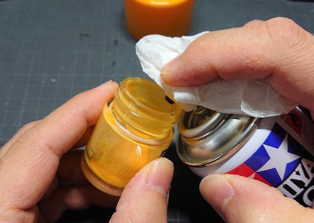 空き瓶に缶スプレーの色を入れる様子