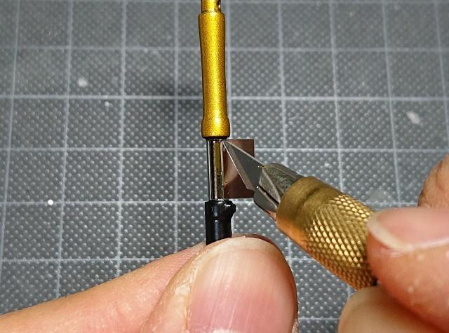 ミラーフィニッシュシートの余分な部分をデザインナイフで慎重にカット