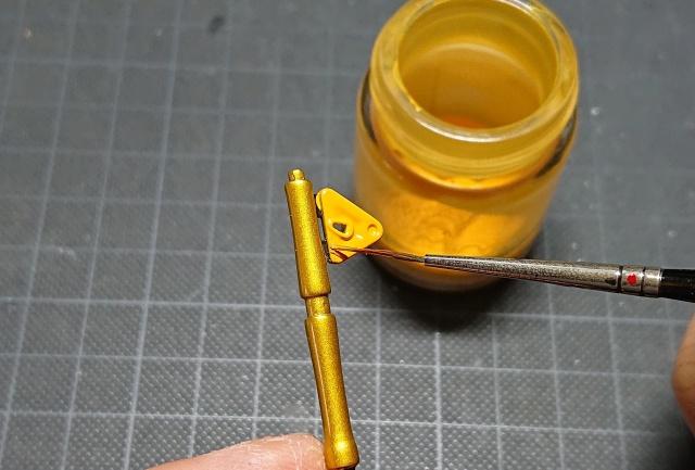 空き瓶に缶スプレーの色を入れ、筆でリタッチする