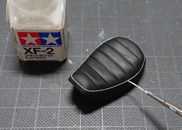 タミヤ モンキー125 シート 塗膜除去後に、縁をホワイトで修正
