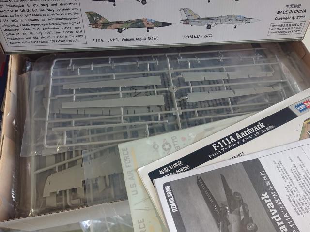 F-111A アードバーク戦闘機 キットの中身の写真