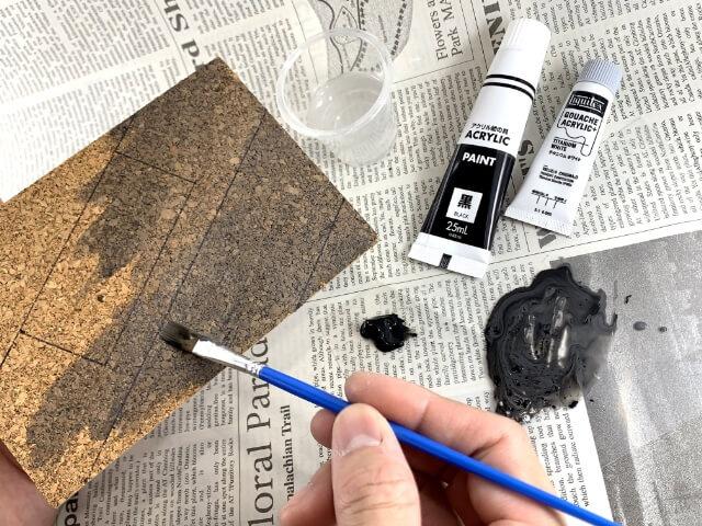 8.水性絵の具の白と黒を水で溶いて、コルクに染み込ませるように塗っていく