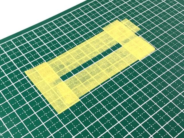 16.白線部分の採寸をするためにマスキングテープを貼っていく様子