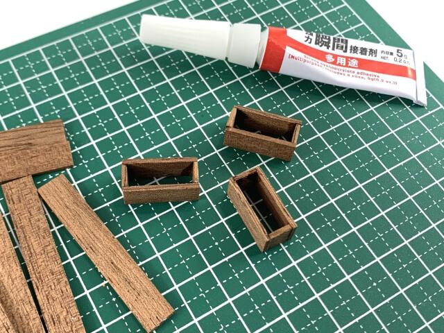26.歩道の植栽スペースを再現するためにニッパーや木材を使って、小さい木箱を作成