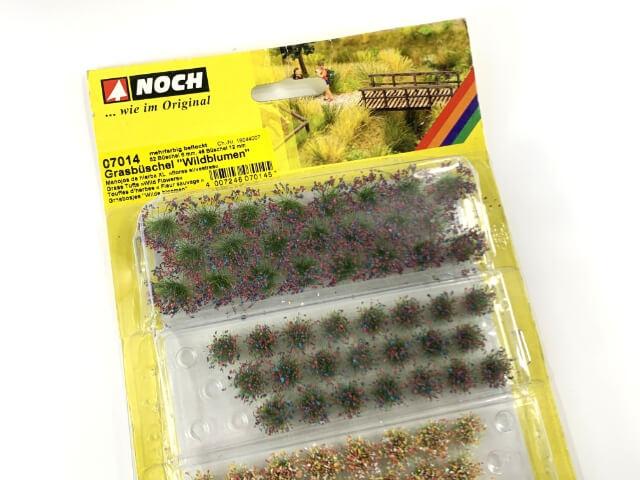 27.歩道の植栽スペースを再現するためにジオラマ用素材の草むらを使用